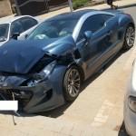 מכונית מסוג פג'ו בצבע כחול עומדת בחניה זמנית ממתינה לפירוק וגרירה