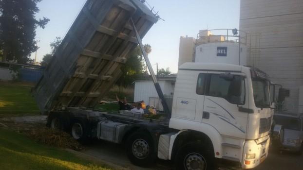 רכישה של משאית עם עומר ברקע